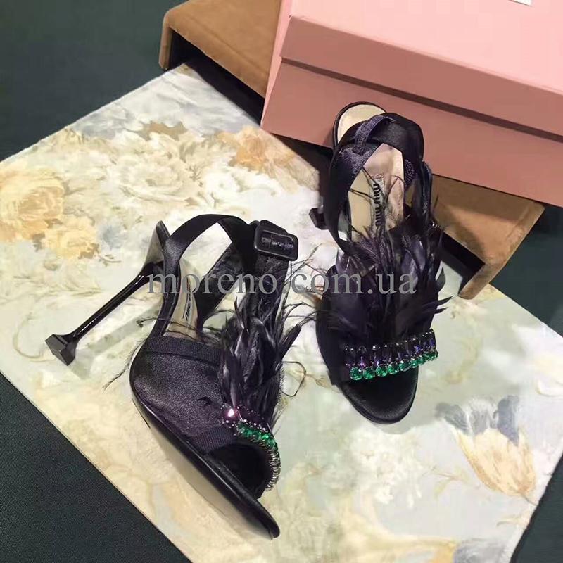 7a98d6054 Так же в этом году актуальна обувь с перьями, такая обувь не оставит Вас  без внимания. Босоножки с перьями представлены например у такого бренда,  как Miu ...